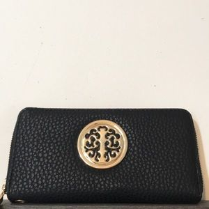 Accessories - NWOT Elegant black wallet w/ beautiful gold design